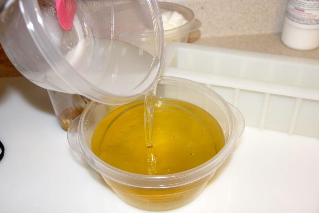 adding_lye_to_oils